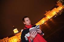 Básník Miroslav Boček čte ve středu večer na náměstí ze své knihy Některé mraky letí pomaleji.