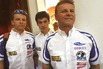 Jihočeský Moto team Excel ze Žabovřesk se chystá na nedělní úvodní závod mistrovství ČR v motokrosu: zleva mechanik Milan Heřman ml., Michal Gregor a Milan Heřman.