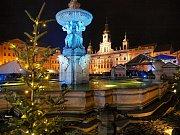 Adventní městečko na budějovickém náměstí je kompletní. Poté, co se v sobotu v podvečer rozzářil vánoční strom, vyrazili první bruslaři na kluziště kolem Samsonovy kašny.