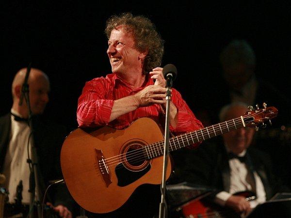 Folková skupina Nezmaři slaví 35let, ve  středu 9.října má výroční koncert vDK Metropol. Na snímku Tonda Hlaváč