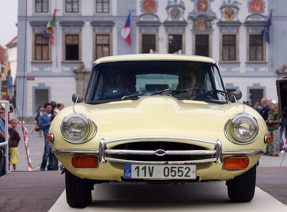 Setkání členů Jaguar Enthusiast´s Clubu na náměstí Přemysla Otakara II. v Českých Budějovicích.