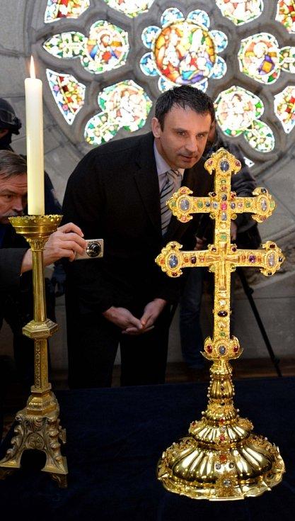 Převor kláštera ve Vyšším Brodě Justin Berka ukázal 26. března novinářům Závišův kříž - jeden z nejvzácnější relikviářů světa. V polovině dubna bude kříž za přísných bezpečnostních opatření přemístěn do nové pancéřované klenotnice vybudované v klášteře.