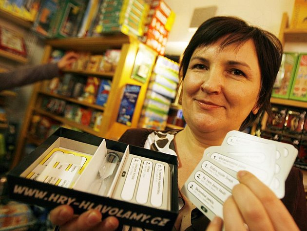 Verica Píšová z Českých Budějovic vymyslela hru Tak předveď, v níž musí lidé pomocí pantomimy předvádět názvy filmů z kartiček.
