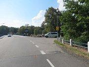 Do řeky Lužnice spadli v neděli muž a žena po nehodě motorky v Kolodějích nad Lužnicí.