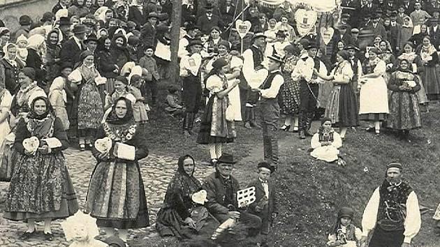 Archivní foto zachycuje pouť v Doudlebech na Černou neděli roku 1927.