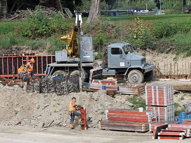 Práce na přístavu v Hluboké.