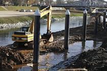 U Dlouhého mostu vzniká nové přístaviště. K šesti sloupům bude upoutáno plovoucí molo dlouhé 60 metrů.