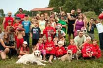 Klub amerického fotbalu Budweis Hellboys na snímku z integračního canisterapeutického tábora.