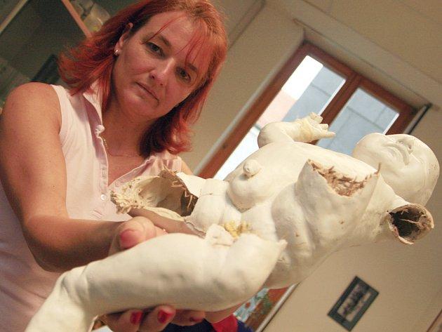 Neznámý vandal v noci z pátku na sobotu poškodil jednu z vystavených soch na českobudějovickém náměstí. Snímek je z kanceláře vedoucí odboru kultury města České Budějovice Ivy Sedlákové, která sochu také ukazuje.
