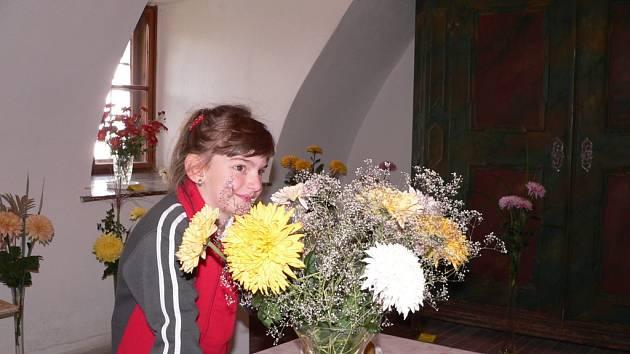 Krásné podzimní květy a výsledky práce zahrádkářů z různých míst okresu mohli o víkendu obdivovat návštěvníci tradiční výstavy v Žumberku. Na našem snímku obdivuje chryzantémy pětiletá Karolínka Dorovínová, která přijela s rodiči z Českých Budějovic.