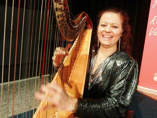 Harfenistka Stania Ramešová.
