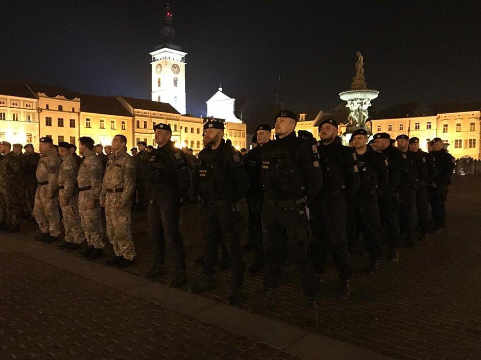 Nácvik slavnostního aktu na českobudějovickém náměstí lidé mohli vidět už ve čtvrtek po setmění. Foto: Archiv Jiřího Matznera