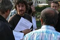 Obyvatelé z ulice U Tří dubů v Nemanicích sepsali proti kácení petici a shromáždili již 99 podpisů. Někteří z nich se přišli podívat – i s podpisovými archy – na místní šetření na konci minulého týdne.