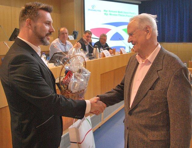 Krajský radní pro dopravu Jiří Švec gratuluje Bohumíru Malíkovi.