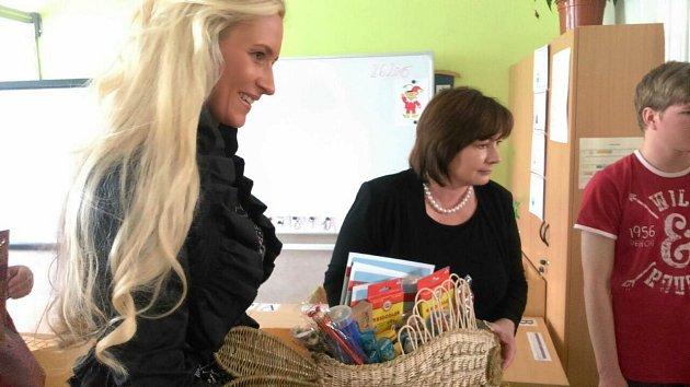 Dětem Ivana Zemanová přivezla drobné dárky.
