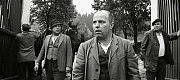 Místní sedláci přicházejí na konci války vyrabovat opuštěný statek, který se nacházel nedaleko Albrechtic nad Vltavou. Témata rabování nebo svévolných lidových soudů se komunistickým cenzorům pranic nelíbila.