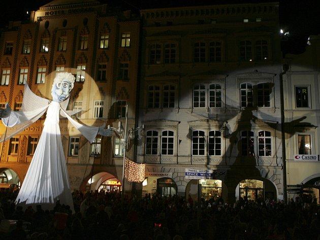 Loutka třináctimetrového anděla se poprvé objevila vloni.