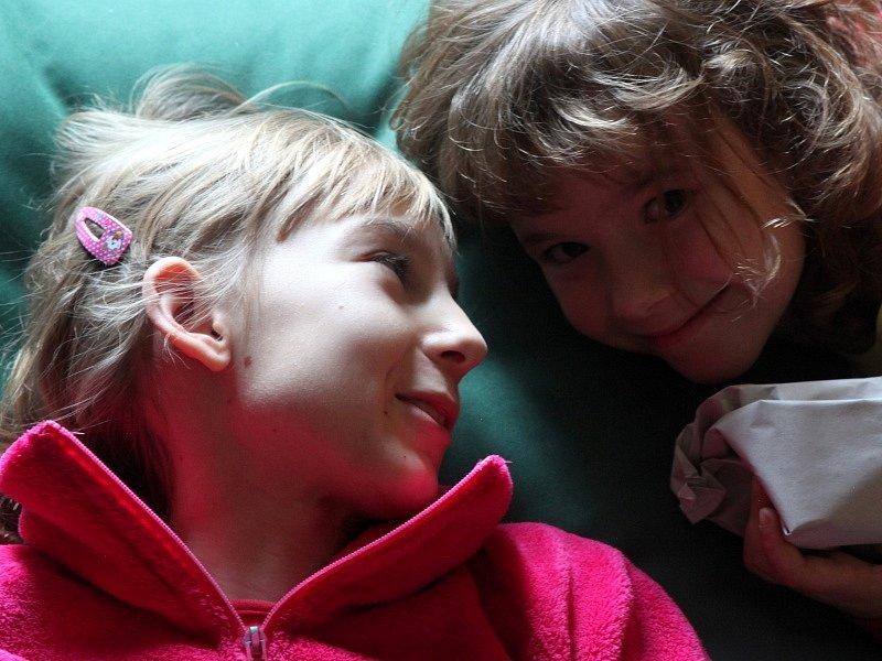 Barča Sedláčková nechodí a Anička trpí epilepsií. Jinak jsou to ale sestry jako jiné. Pomáhají si a občas se i hašteří.