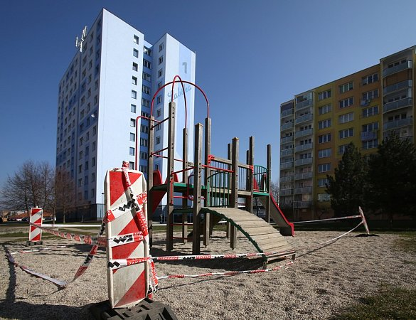 Na hřišti vLabské ulici na budějovickém sídlišti Vltava si děti kvůli poškozenému prvku hrát vtěchto dnech nesmějí.