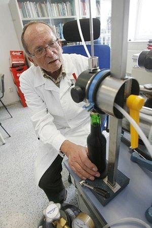 Pětačtyřicet let pracuje vBudvaru Jan Šavel, vedoucí střediska výzkumné a vývojové činnosti. Na snímku je ve své mikrobiologické laboratoři. Je svědkem a iniciátorem změn vkvalitě pivovarnictví.