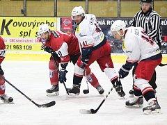 DUEL v Klatovech David servis prohrál o gól. S domácími hokejisty bojují Roman Šulčík (vpravo) a Jan Trummer.