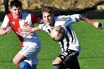 Junioři Dynama na úvod jarní část juniorské ligy vyhráli po bojovném výkonu nad mladíky Slavie Praha 1:0 (na snímku Jan Krejčí bojuje se slávistou Michalem Hönigem).