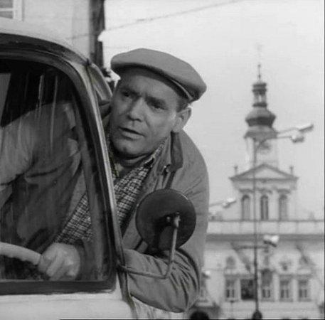 """Na českobudějovickém náměstí se vyklání zauta řidič Vosátka (Gustav Haverle).  Málem porazil Ivana, jemuž říká: """"Hvězdář a nevidí velký vůz."""""""