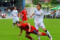 Písečtí fotbalisté v divizi zdolali doma Klatovy hladce 3:0. Na snímku klatovský Hovorka, jenž v zápase později viděl červenou kartu, hlavičkuje před píseckým Červenkou.