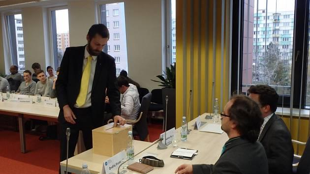 Senátor Šimon Heller vhazoval lístky se jménem Libora Grubhoffera, ve čtvrté volbě pak bílé lístky.