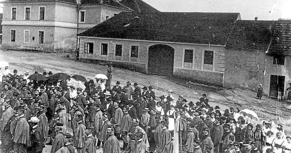 Před radnicí (okolo 1920). Snímek pořízený z okna radnice zachycuje účastníky sokolské slavnosti.