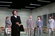Boj rodičů s třídní učitelkou zachycuje hořká komedie Úča musí pryč!, kterou nově uvádí Jihočeské divadlo. Na snímku v popředí Daniela Bambasová.