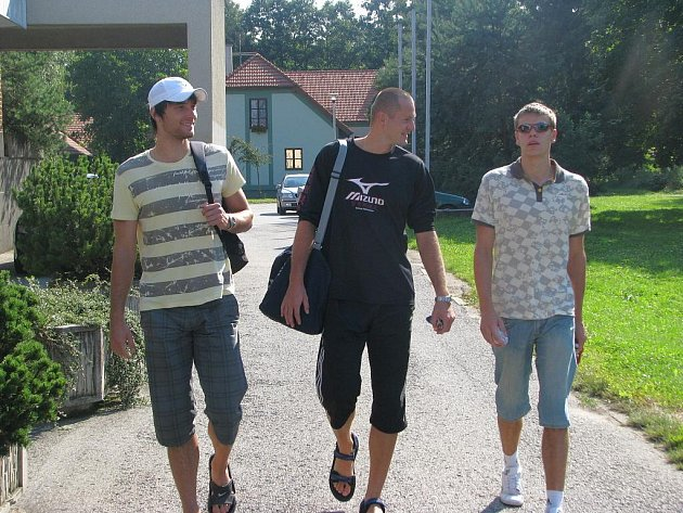Volejbalisté Jihostroje se poprvé sešli na tréninku. Na snímku přicházejí (zleva) Fila, Čajan a Michálek.