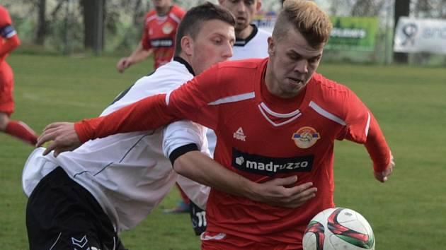 Pavel Vávra v divizní předehrávce Čížová - Klatovy atakuje hostujícího Ondřeje Kadlece.