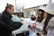 S kasičkou Tříkrálové sbírky obcházely domácnosti ve Včelné slečny Natálie, Zuzka a Maruška.