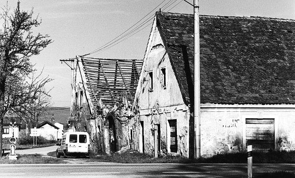 2001. Před začátkem velkých oprav. Zněkdejšího formanského hostince Weselka vHolkově byla chátrající ruina, propadl se ivnitřní trakt.