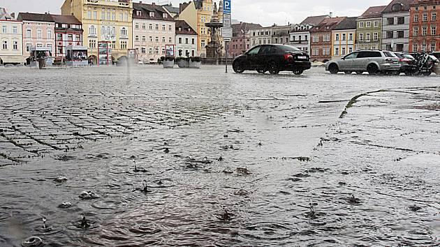 Nedělní deštová přeháňka v Českých Budějovicích,snímky jsou z náměsí Přemysla Otakara II