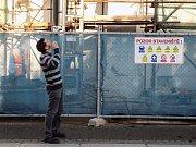 Malý člověk, velký záměr. Pavel Němec mluvící s dělníky.