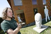 Novohodějovický sochař Michal Trpák (28) dřív vánoční dárky pro přátele vyráběl. Dnes naděluje hlavně zážitky. Letos ho inspiroval dvouměsíční pobyt v Indii. Na snímku ze srpna před svým domem, v pozadí u dveří jeho přítelkyně.