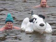 Druhého ročníku akce Nebuďme chladní aneb první jarní ponor do řeky Malše se zúčastnilo 70 otužilců.