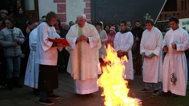 K večerní Velikonoční vigilii se o Bílé sobotě se sešli věřící u kostela Nejsvětější trojice v Bohumilích na Šumavě pod vedením Pátera Jana Janouška.