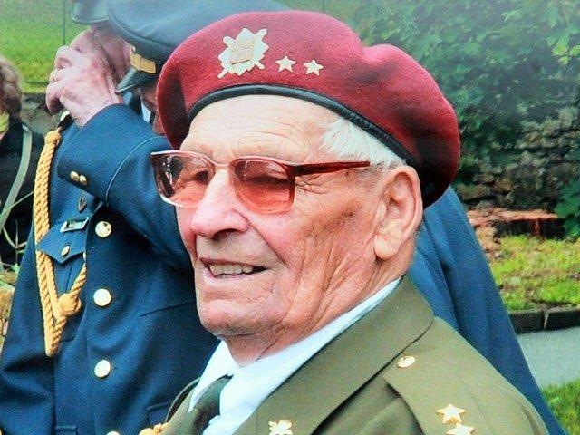 Parašutista Ján Bačík z Třeboně oslavil 97. narozeniny.