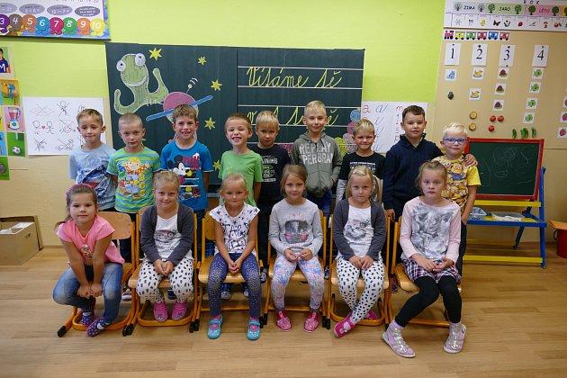 Žáci první třídy Základní školy Nedabyle.