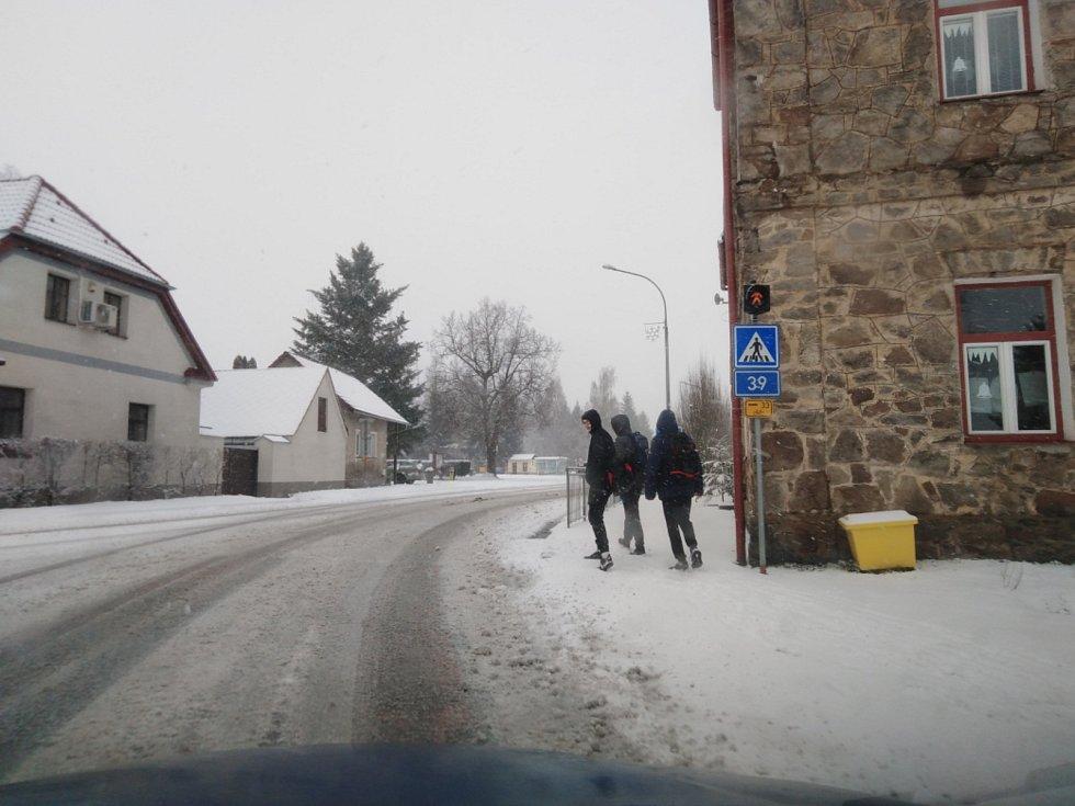 Takto vypadaly silnice v sobotu dopoledne v okolí Černé v Pošumaví.