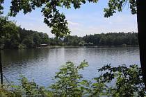 Rybník Bezdrev49.0477650N, 14.3857458EPřírodní koupaliště 3 km od Hluboké n. Vlt., součástí je kemp, občerstvení, hřiště, watterpark s nafukovacími atrakcemi.Vstup: osoba 70, dítě 30 (0-12let), auto 60, moto 60, pes 60.