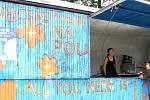 Začal Slavonice Fest. Na snímku modrá maringotka v Maříži, na níž svítí beatlesovský nápis All You Need Is Love.