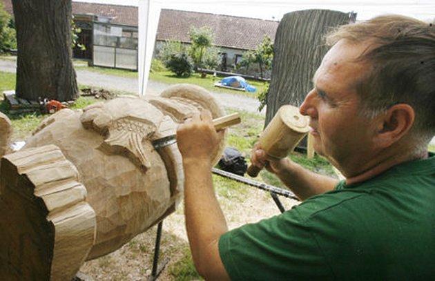 Jediným mezinárodním účastníkem dřevosochařského sympozia v Komařicích u Českých Budějovic je Stanislav Polek ze slovenských Košic, který dokončuje sochu vodníka.