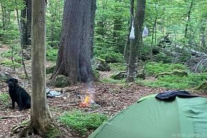 Postaví stan, zapálí oheň. Lidé přes zákazy nocují v národních parcích