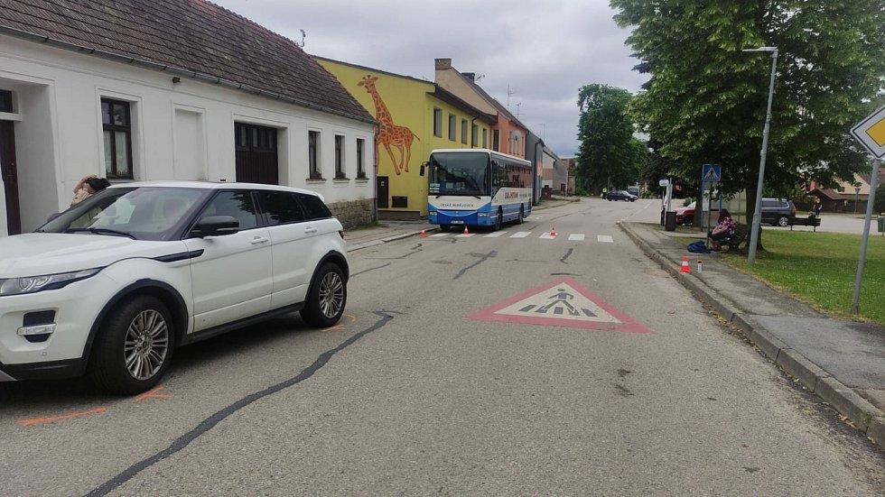 Střet auta s chodcem na přechodu v Ločenicích.