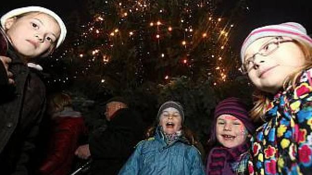 Na českobudějovickém náměstí Přemysla Otakara II. se v sobotu rozsvítil vánoční strom