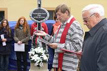 Pater Zdeněk Deml žehná zrekonstruovanému kříži ve Zlivi